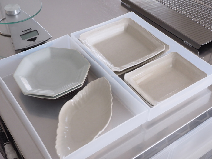引き出しは高さもお好みで選べるので深めのものには急須を分けてしまい、その上に重ねる引き出しは薄型をセレクトし、作家ものの小皿類を丁寧に収納。
