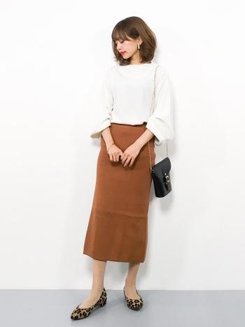 ホワイト系のニットは1枚あるとカジュアルにも綺麗めにも着こなせて便利。ディナーシーンではタイトスカートを合わせて女性らしいコーデに仕上げましょう。