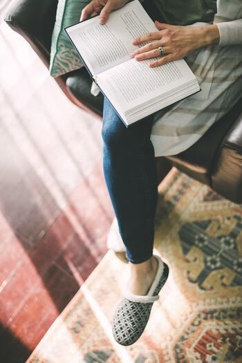 話を聞いたり本を読んだ際、大切なポイントをしっかり把握し、どんな時に生かす事ができるかについて意識して考えてみましょう。大事なポイントと、使える場面を紐づけて自分の中に落とし込むことによって、必要な時に必要な情報を引き出しやすくなります。  まずは、読書ノートやアイデアノートを1冊用意して、メモをとる習慣をつけるとより身につくはず!