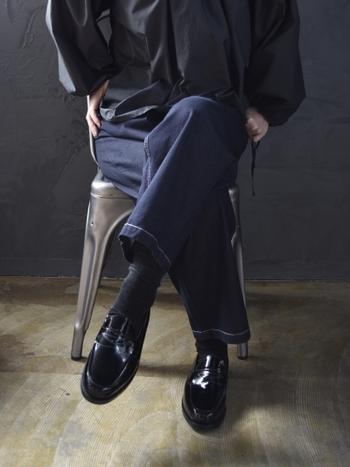 ブラック×ネイビーといった秋の上級者スタイルに是非とも合わせたい。クルーで大人な一足です。