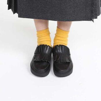 遊び心のあるデザインだからこそ、カラフルなソックスに合わせて足元を主役にした着こなしを楽しみたいですね。