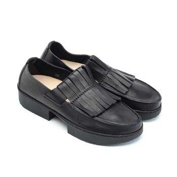 個性的なデザインが印象的なトリッペンのこちらのシューズは、素足に近い状態で履くことができる、人間工学に基づいた足が疲れにくいストレスフリーな革靴なんです。