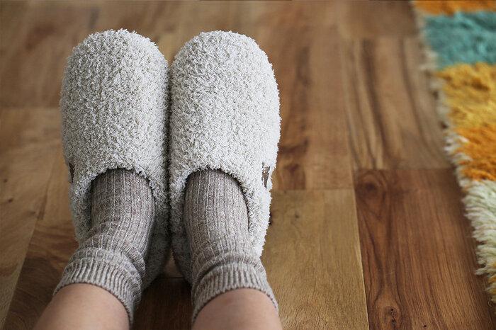フローリングは冷たいので、足元から冷えはやってきます。モコモコのルームシューズで足を温めましょう。男性でも女性でも履きやすいオーソドックスなデザインです。