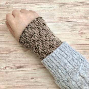 寒い時期は、手首を冷やさないことが大切。リストウォーマーで温めましょう。指先が出るので、細かい作業が必要な釣りなどでも使いやすいアイテムです。