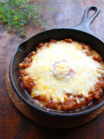 いつものカレーも卵とチーズを加えた焼きカレーにすることで、別の料理に。オーブントースターで焼ています。