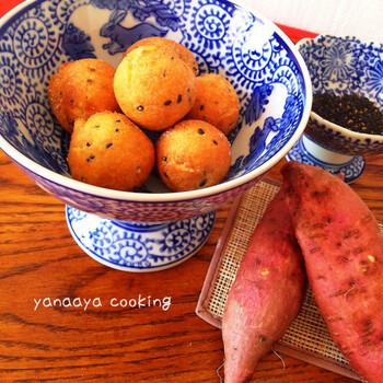 沖縄の揚げ菓子「サーターアンダギー」をさつまいもでアレンジ。黒ごまの香ばしさがよくマッチします。