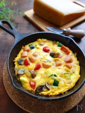 具だくさんで分厚いスパニッシュオムレツも、スキレットならきれいにできます。こちらは、卵がゆるく固まった段階でオーブントースターに入れていますが、このほかにスキレットの蓋をして直火で蒸し焼きにする方法もあります。スキレットを使った卵料理は、朝食をとてもおしゃれにしてくれます。