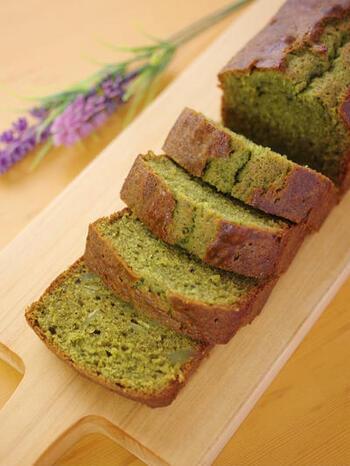 ホットケーキミックスで簡単にできちゃうパウンドケーキ。泡立て不要で失敗知らず。抹茶のかすかな苦みと、はちみつの優しい甘みで、おもてなしにも使える上品な味わいです♪