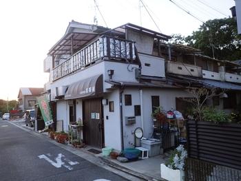お店はJR阪和線の沿線を南に歩いて1本入ったところにあり、「百舌鳥古墳群」の1つ「長塚古墳」の近くです。