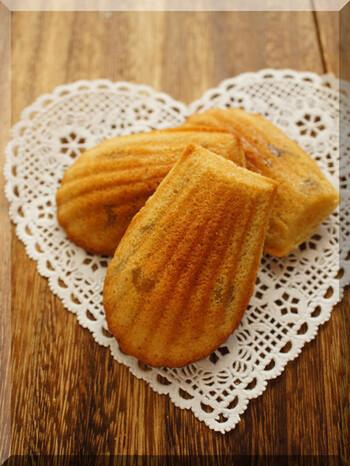 生地に濃厚なマロンクリームを練り込み、栗の甘露煮のダイスを混ぜ込んだ、ダブルのマロンが楽しめる贅沢マドレーヌ。