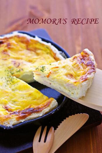 残ったポテトサラダを混ぜた卵液を、スキレットに敷いたパイ生地の中に注いで焼くだけ。リメイクとは思えない、リッチなキッシュができあがります。
