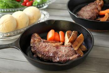 スキレットのよさが実感できるのは、ステーキやチキン・ポークソテーなどのシンプルな肉料理。じっくりと均一に火が通り、外はカリッと、中はジューシーに仕上がります。もちろん、サーモンなど魚介のソテーにも適しています。
