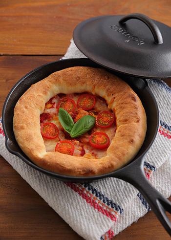 二次発酵なしで簡単に作った生地をスキレットに伸ばし、具材をのせてオーブンで焼きます。色よく焼けた生地は、ごちそうそのもの。おもてなしにも喜ばれそうです。※この写真には蓋が写っていますが、ピザに蓋は不要です。