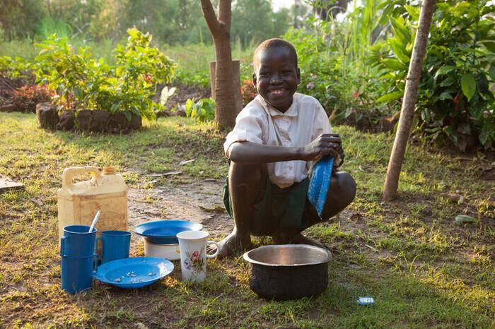 ©︎naoko sakuragi  ですが水道や電気のない村では、子どもたちも大切な労働力。赤ちゃんのお世話、炊事、畑仕事など、お手伝いするのは当たり前。なかなか教育に触れる機会がありません。