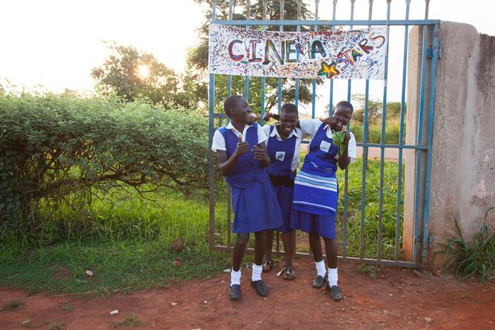 ©︎naoko sakuragi  実際に映画館を見たことがないウガンダの子どもたちに向けて、「映画館とはどんな場所なのか」というワクワクを膨らませ、実際に映画館を作るワークショップ。「映画館」というひとつのものを作りあげる体験を通して、子どもたちのクリエイティビティを育みます。