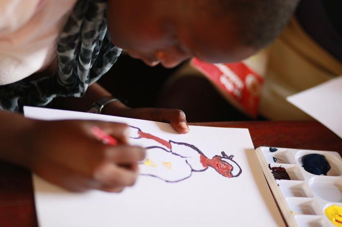 ©︎naoko sakuragi  絵の具を使ったことのないウガンダの子どもたちに、「はじめての絵画体験」をしてもらうワークショップです。作品作りを通して、子どもたちの想像力を伸ばします。