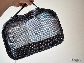 衣類を入れるトラベルポーチはメッシュ素材を選ぶと、通気性よく保つことができます。衣類用のトラベルポーチは持ち手がついているものが便利です。