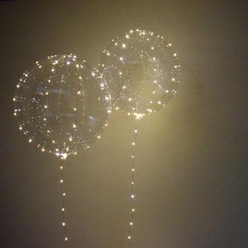 透明のバルーンにライトをアレンジするという幻想的なインテリアアイテムです。ふんわりとした光に疲れた心が癒されますね。