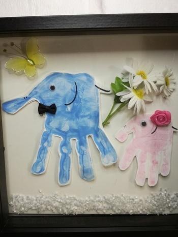 子供の手形を取って、アート作品として仕上げるユニークな手形アートキット。色紙にぽんと押すだけよりも作業する部分が多いので、子供と一緒に作り上げたという思い出も作ることができます。