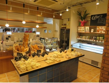 こぢんまりした店内に、本店の人気者たちがギッシリ。代表的なのパンは、下記「パンステージ プロローグ」記事中にご紹介しています。