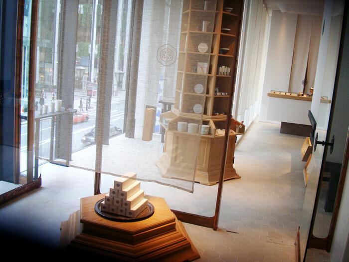 銀座中央通りにある「HIGASHIYA GINZA(ヒガシヤギンザ)」は2009年にオープンして以来多くの人に愛されている人気店。洗練された空間の茶房は、まさに大人のくつろぎの場所です。