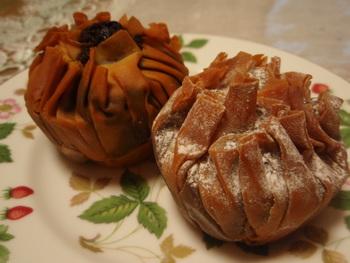 岡山のケーキブティック&カフェ「L'atelier du NINIKINE」の焼きモンブランは、ベストお取り寄せ大賞や大手ネットショッピングサイトの洋菓子部門お取り寄せランキングで10週連続1位獲得したこともある大人気の栗菓子です。パリッとした生地にアーモンド風味のフィリングと渋皮煮の栗がごろっと一粒入った、新感覚のモンブランです。