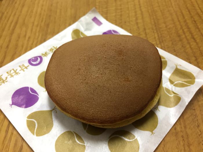 1808年(文化5年)創業の老舗栗菓子店「桜井甘精堂」。栗ようかんなどの和菓子だけでなく、栗の洋菓子も製造しています。なかでも人気なのが栗と砂糖だけで作られた栗あんたっぷりの「栗どら焼き」。創業当時から変わらない伝統の栗あんに栗の実も入れています。創業当時から変わらない栗あんは、余計なものを一切入れていないため、栗本来のおいしさをシンプルに味わえます。