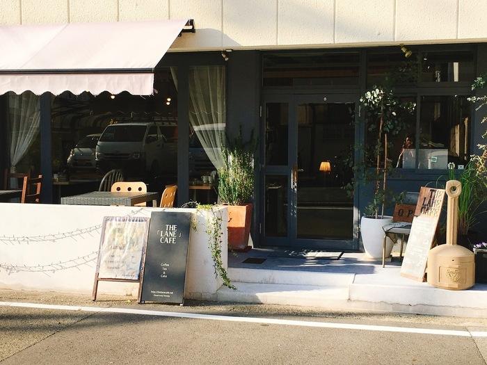 「三国ヶ丘駅」近く、「仁徳天皇陵」の北東あたりに位置しています。  「THE LANE CAFE」の看板を目印に。