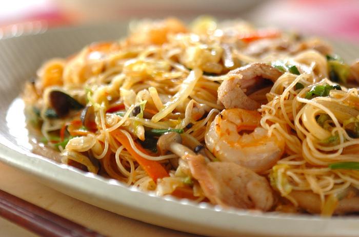 野菜にお肉、海老など具沢山の焼きビーフン。しっかり味がついているので、普段野菜をあまり食べない方も、気負わずたっぷり摂れますよ。