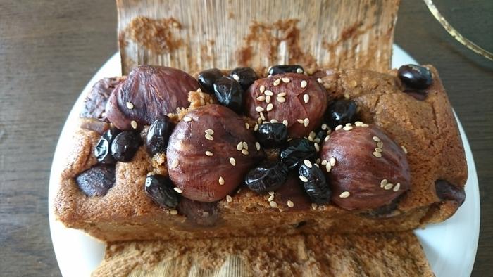 1988年に京都で創業した「ジュヴァンセル」は、旬の素材を取り入れた京菓子作りを行なっています。こちらのお店の看板商品「竹取物語」は、和の素材とパウンドケーキを組み合わせ、竹の皮に包んで焼き上げたケーキです。