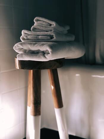 なかなか捨てられないものの中に、タオルがあります。タオルは、くたびれたら雑巾や油とりに…と考えはじめると、本当に雑巾のようにボロボロになるまで使うということも。 ものを大切に使うことは、とても大事なことでしょう。けれど、それが本来の役割を果たせなくなったら感謝の気持ちとともに処分してあげることも、大事なことではないでしょうか。