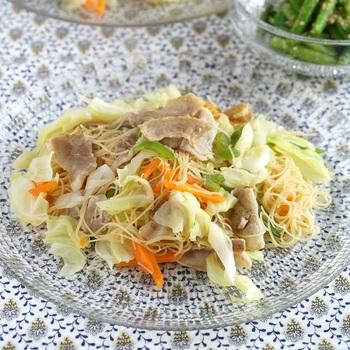 ビーフンは、米を原料にした中国発祥のアジアンヌードル。うるち米を原料にしており、もちもちとした食感と弾力のある歯ごたえが特徴です。野菜をたっぷり使うメニューが多いので、健康や美容のために取り入れる人も増えています。