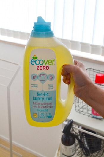 おしゃれ着洗いは洗浄力が弱めなので、汚れが蓄積してスモーキーな色合いになってしまう事も。液体タイプでおしゃれ着洗いと一緒に使える酸素系漂白剤を一緒に使って、変色を防ぐ方法がおすすめです。