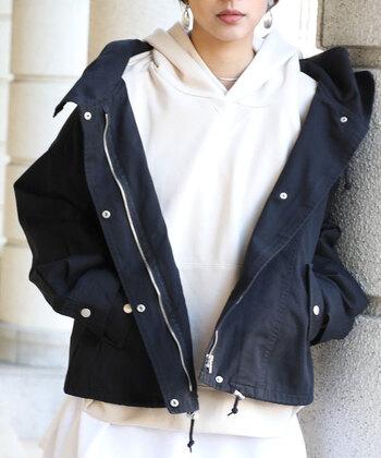 そこで記事では、大人向けの「マウンテンパーカー×スカート」のコーディネートをご紹介していきます。組み合わせるアイテムによって変わる雰囲気の違いをお楽しみください♪