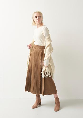 女性らしいシルエットのスカートスタイルにも、ヒールブーツを合わせるとより爽やかな女性らしいシルエットに。「ホワイト×ブラウン」の2色使いで、ナチュラルな印象に仕上がります。