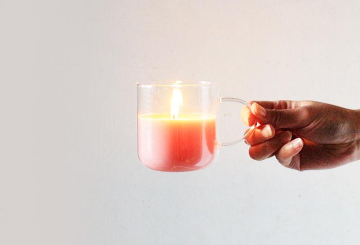 取っ手付きのカップを選べば、持ち運びも楽チンです。灯りだけでなく、アロマの香りでもリラックスできそう。基本的な作り方を覚えておくと、いろいろなアレンジを楽しめますよ。