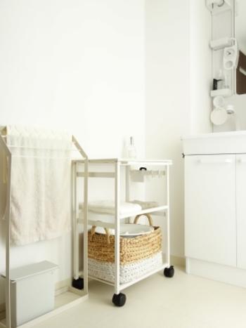 タオルや洗濯物、毎日使うアイテムたちの置き場にちょっと困ったらワゴンを活用してみない?コロコロ転がせるから、お掃除も簡単。