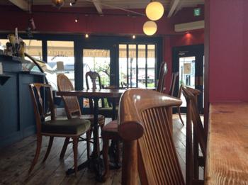 深いぶどう色の壁に木製の椅子やテーブルが並ぶ、ヨーロッパ調のイートインスペースです。  レトロなウォーターサーバーやカップなど、一つ一つの小物の可愛らしさにウキウキ嬉しくなってしまいそう。