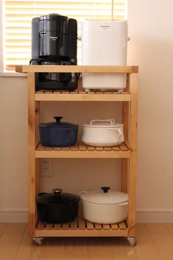 すぐに取り出したい一軍のお鍋たち。引き出しにしまうのもいいけれど、ワゴンに収納すればもっと取り出しやすいかも。オシャレなお鍋を見えるようにできるのも嬉しいポイント。