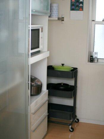 食器棚や冷蔵庫の脇、微妙な隙間が空いていませんか?隙間の棚を置くのも良いけれど、ワゴンでもサッと取り出せて便利です。