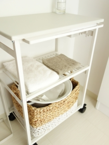 清潔感のある白が爽やかなワゴン。タオル掛けや天板など使い勝手が良さそうな工夫がつまっています。