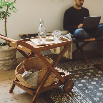 コロコロとお部屋を移動できるワゴンは、使う場所によって様々な役割を果たしてくれます。隙間収納に活用したり、簡易テーブルとして使ったり・・・アイデア次第で暮らしを面白くしてくれそうです。