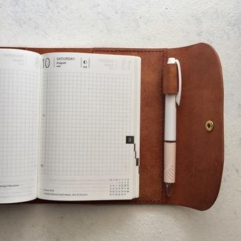1日1ページのレイアウトで、たっぷり書き込めるデイリータイプ。バーチカル風にも、絵日記風にも、いかようにも使える自由度の高さが魅力です。1日1ページのほか、日付のないフリーページのものもあります。