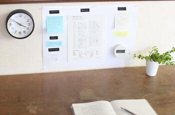 こちらのらのブロガーさんは、週や月ごとにルーティーンにしている事柄+毎日チェックしたい事柄などをインスピレーションなどを交えてホワイトボードにまとめているそうです。その名も「暮らしボード」!  2ミリ程の薄いホワイトボードを壁に貼付けるだけと、ボードの作り方もとっても簡単。