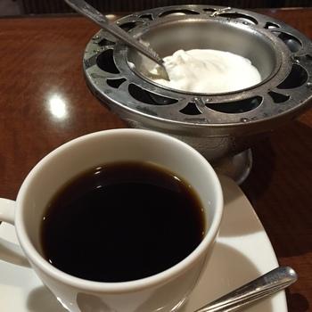 """店名に""""珈琲""""と付くだけあって、コクがありマイルドな味わいのコーヒーも自慢です。初めはそのままで、後から付属のホイップクリームを混ぜれば、一度で二度楽しめます。"""