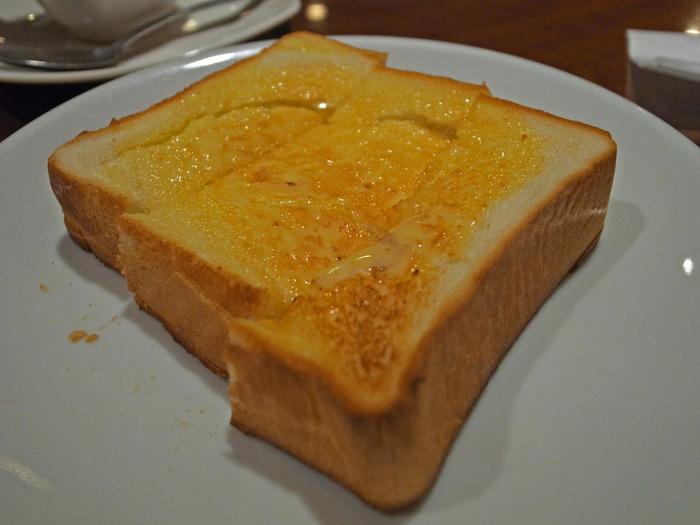 ふんわりとした厚切りトーストは、バターがたっぷり染み込んでじゅわっと美味しい。シンプルですが、コーヒーと一緒にいただけば至福の時間に。
