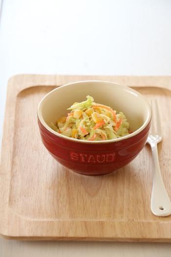 キャベツ・人参・とうもろこしが入ったコールスローサラダは、さっぱりしてピザトーストとの相性もばっちり。冷蔵庫にある残り野菜でアレンジできます。