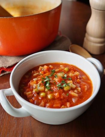 シンプルで濃厚なトマトの旨味とたっぷりの野菜が楽しめるスープです。たっぷり作り置きしておくと、夜はご飯を加えてリゾットにしたり、パスタを加えたりとアレンジして使えます。