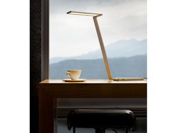 シンプルな「QisDesign(キスデザイン)」のLEDデスクライトは、可動性に優れていて高さも自由自在。配光設計で電源を長押しすると明るさが変わります。使わないときは折りたたむと1.8cmの薄さになり、コンパクトに収納できるのも◎