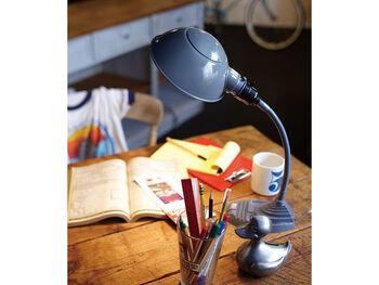 ぽってりとしたフォルムがかわいい「ART WORK STUDIO(アートワークスタジオ)」のデスクランプは、ちょっぴりレトロなデザインでありながら、LEDにも対応しています。電源ボタンも押しやすく、アームも自由に角度を変えられる優れもの。